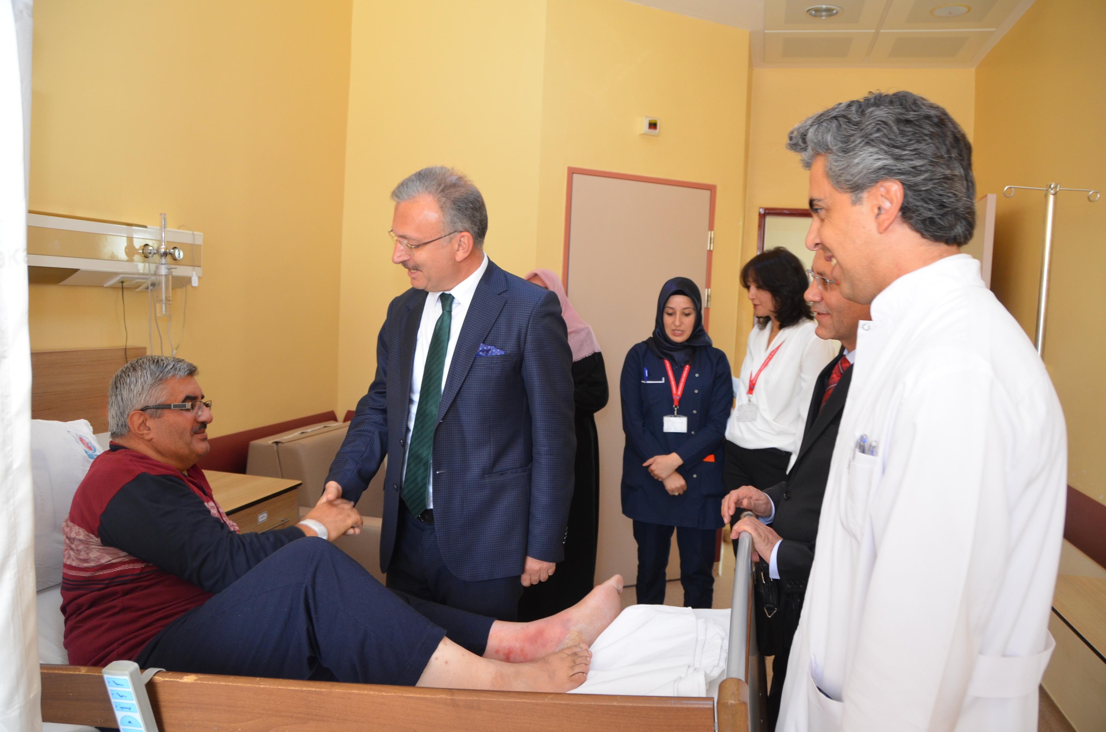 Rektörümüz Hastanemizde Tedavi Gören Hastaları Ziyaret Etti
